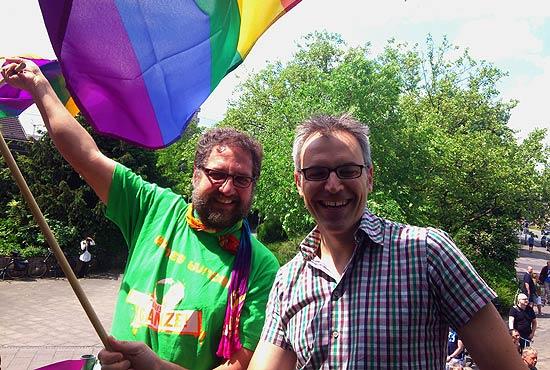 Regenbogenfahne für gleiche Rechte - mit MdB Gerhard Schick