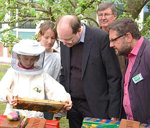 Christan Meyer und Peter Meiwald beim Imkerprojekt in der KGS Rastede