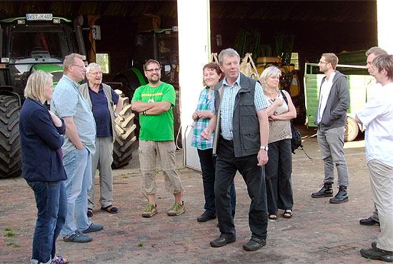 GastgeberInnen und Gäste während der Führung