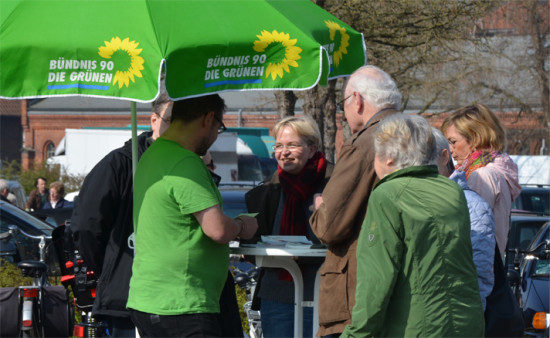 Diskussion am Infostand