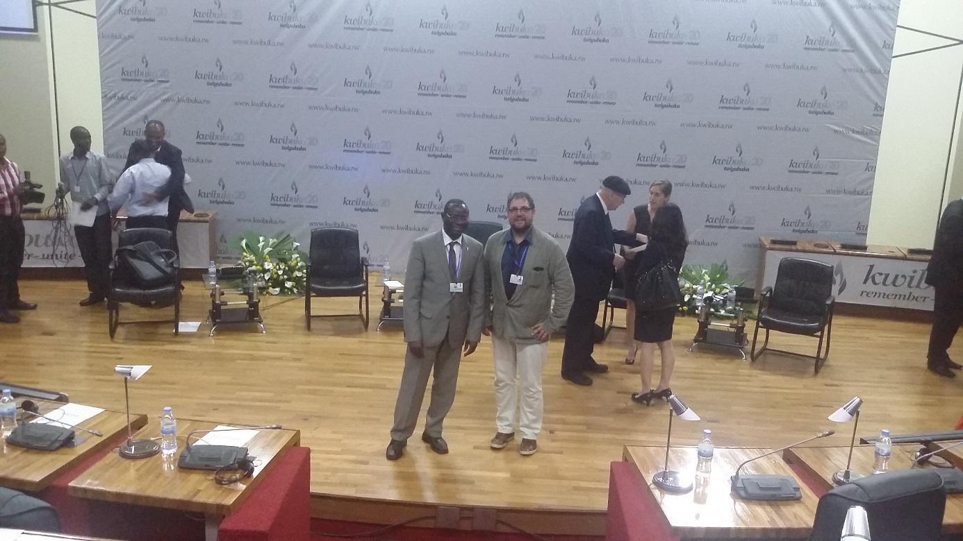 Mit meinem SPD-Kollegen Karamba Diaby vor dem Podium im rwandischen Parlament