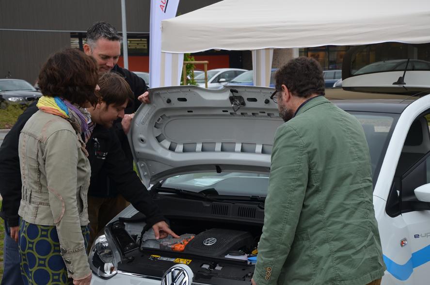 MdL Susanne Menge, Bürgermeisterkandidat Jens Gause und ich lassen uns das E-Mobil zeigen.