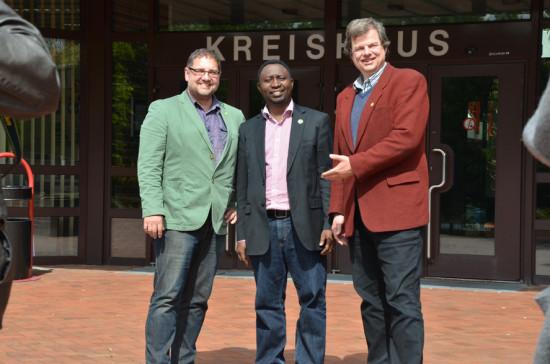 Frank (mitte) und ich (links) vor dem Kreishaus in Westerstde mit Jens Rowold, Bürgermeisterkandidat von Westerstede (rechts)