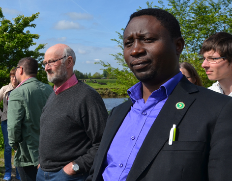 Frank Habineza (rechts), Bernd Mennenga (links von ihm) looking at ... cows!