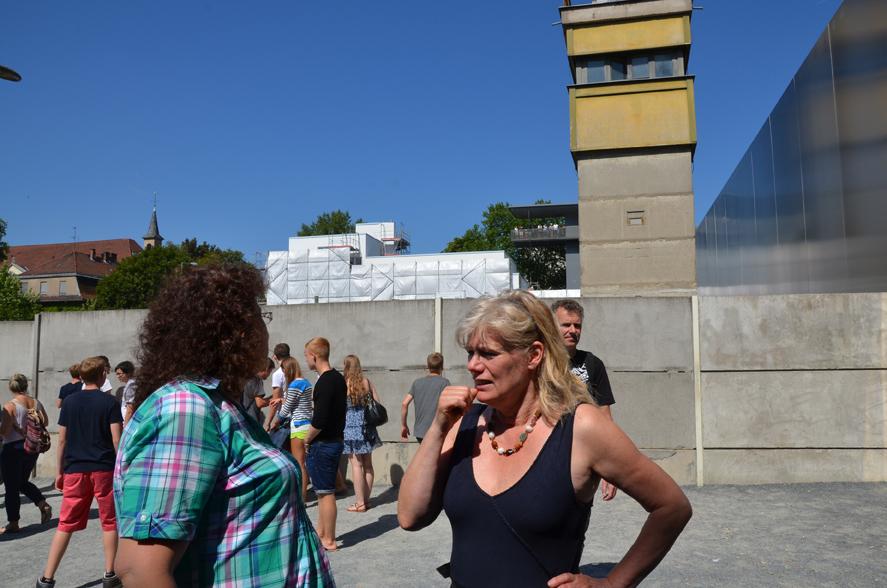 Beim Mauerdenkmal in der Bernauer Staße