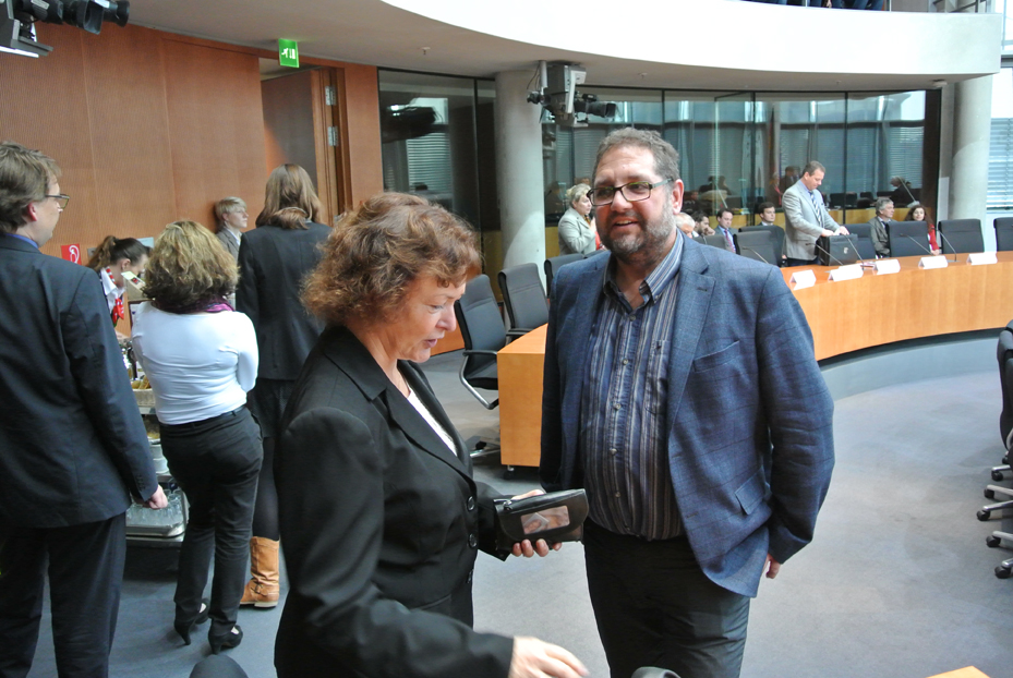 links vin mir: Kerstin Kassner, MdB, Obfrau DIE LINKE im Petitionsausschuss