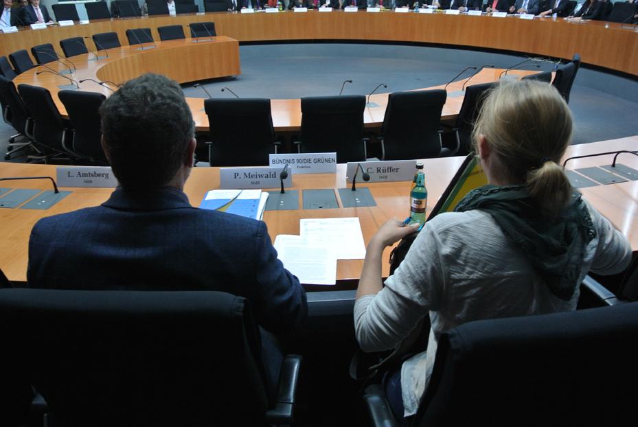 Kurz vor Beginn der Sitzung: rechts neben mir Corinna Rüffer, MdB (B90/DIE GRÜNEN)