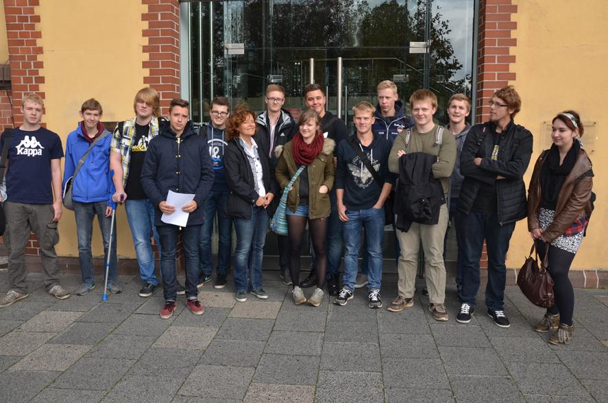BBS III Fachoberschule FOS Kl. 11 Agrarwirtschaft, Bio- und Umwelttechnologie mit Schulleiterin Hannelore Guthold