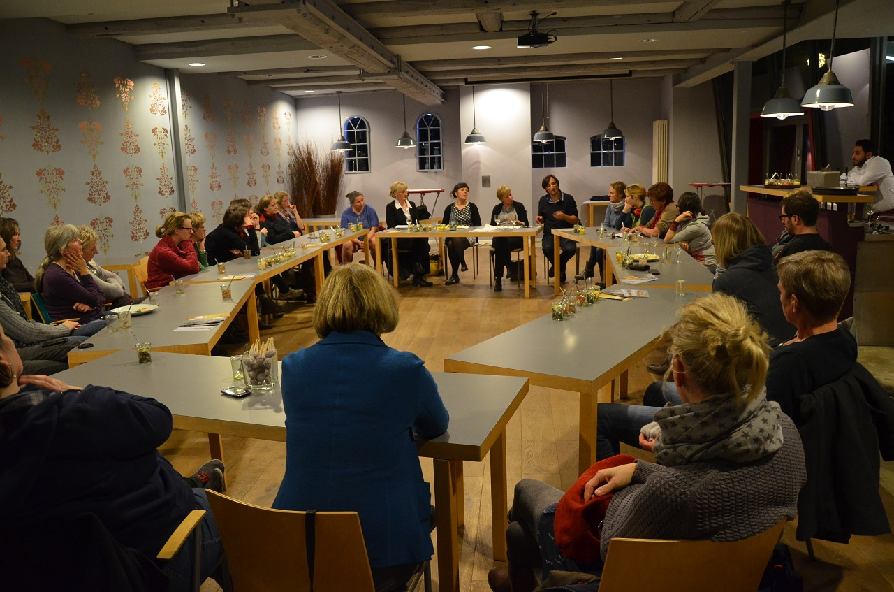 Die Diskussionsrunde mit Hebammen und betroffenen Frauen und Männern