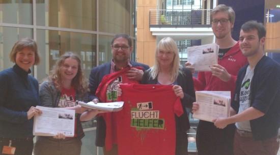 Luise Amtsberg, MdB (mitte) und ich nehmen die Petition von Deutsches Jugendrotkreuz (JRK), Naturschutzjugend (NAJU) und der Jugend im Bund für Umwelt und Naturschutz Deutschland (BUNDjugend) entgegen.
