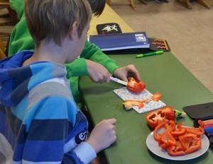 Schüler schneiden selbst das Gemüse