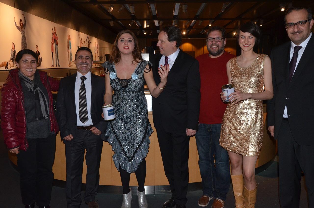 Angesichts der Spendensumme lachende Gesichter (von li. nach re.): Yildiz Tekce, Sahap Dag, Lisa Jopts, Christian Firmbach, ich, Agnes Kammerer, Telim Tolan.