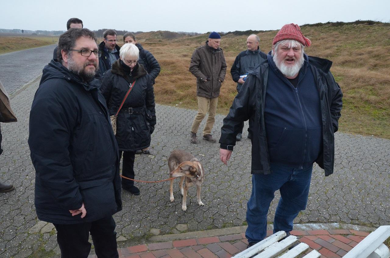 Vor dem Wasserwerk: Dirk Bohlen (GRÜNER Ratsherr auf Langeoog) erklärt den Teilnehmenden der Kutschfahrt in den Osten der Insel die Bedeutung des Trinkwasservorkommens.