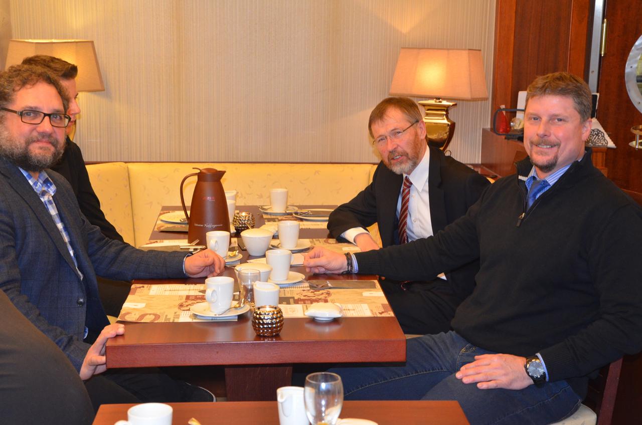 Morgens beim Frühstück mit Bürgermeister und seinem Stellvertreter.