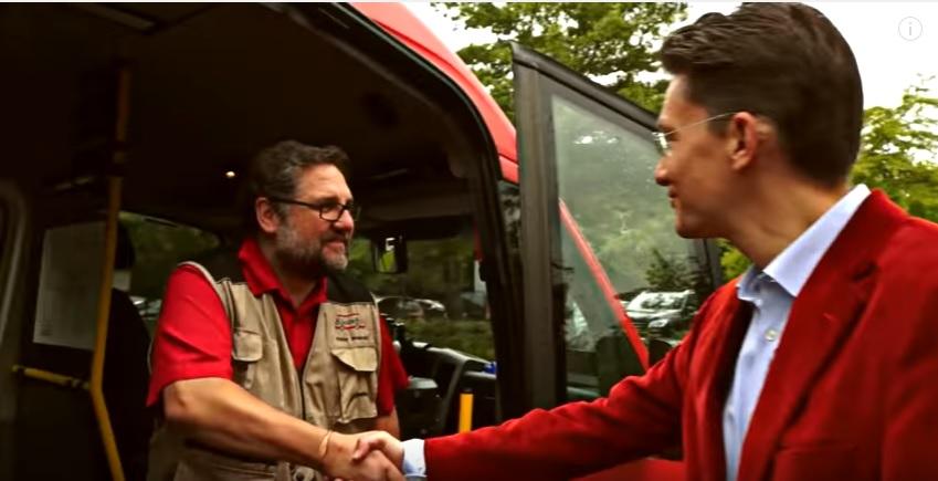Peter begrüßt den GRÜNEN Landratskandidaten Tammo Lenger aus Leer im Bürgerbus