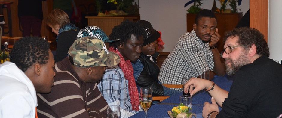 Im Austausch mit den Flüchtlingen von der Elfenbeinküste. (Bild: Solvey)