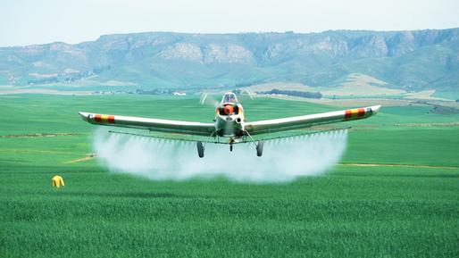 Flugzeug versprüht Insektizide © picture alliance / WILDLIFE