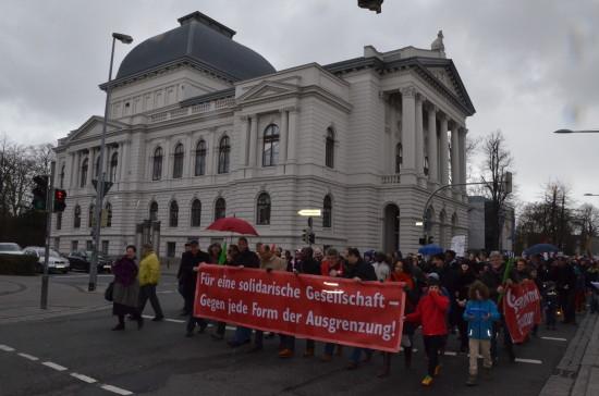 Die Stadtgesellschaft marschiert an der historischen Kulisse des Oldenburgischen Staatstheaters vorbei.