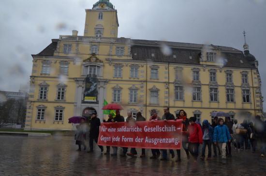 Regen ist in Oldenburg kein Hindernis. Ziel der Demonstration war der Schloßplatz.