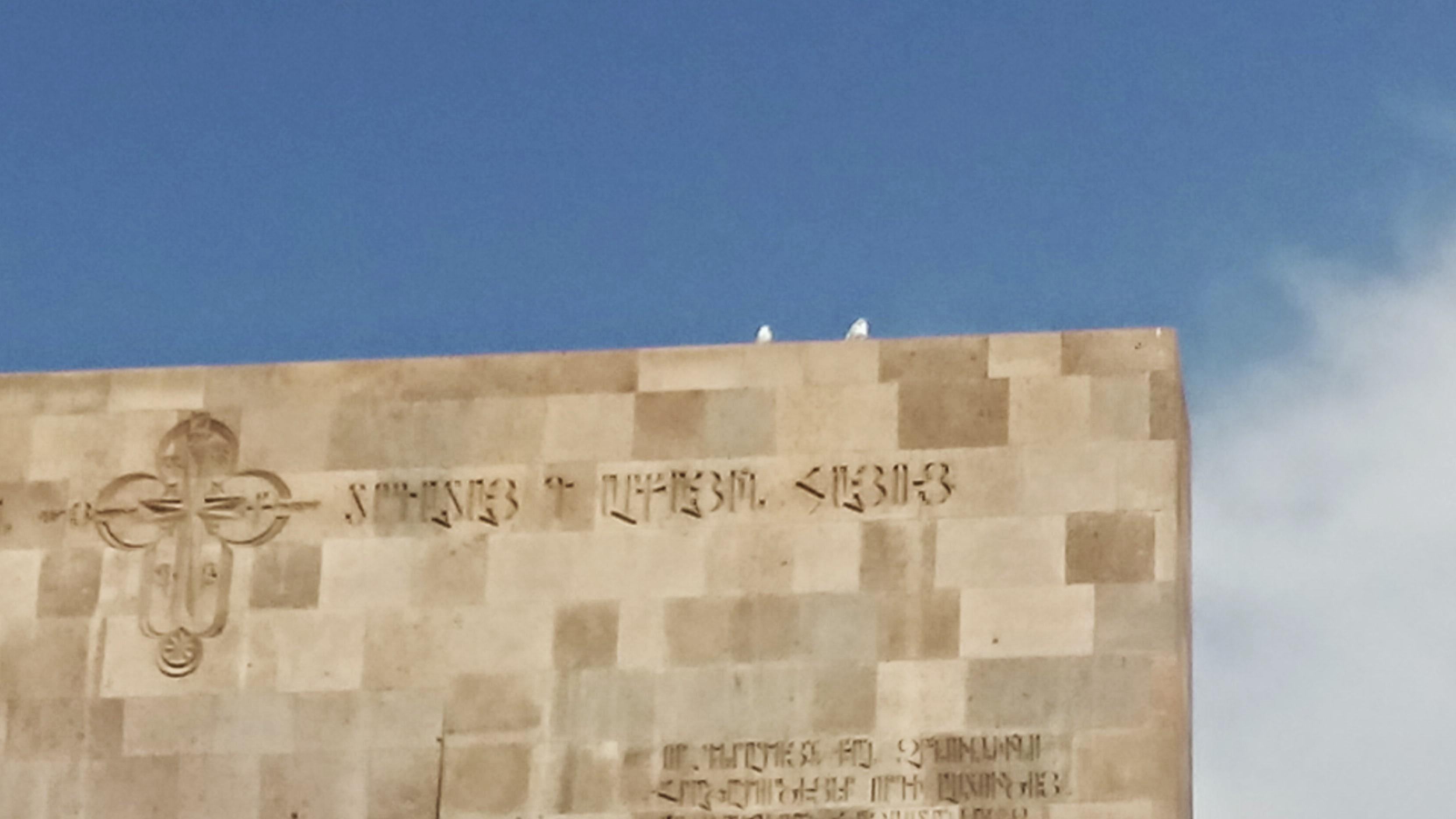 Tauben auf dem Gedenkstein