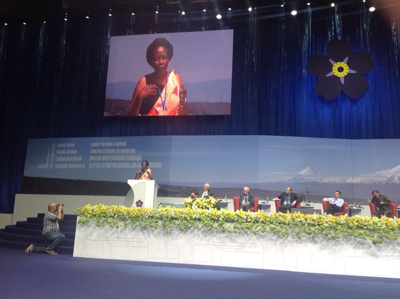 Referat von Esther Mujavayo (Ruanda) über die Folgen eines Völkermordes