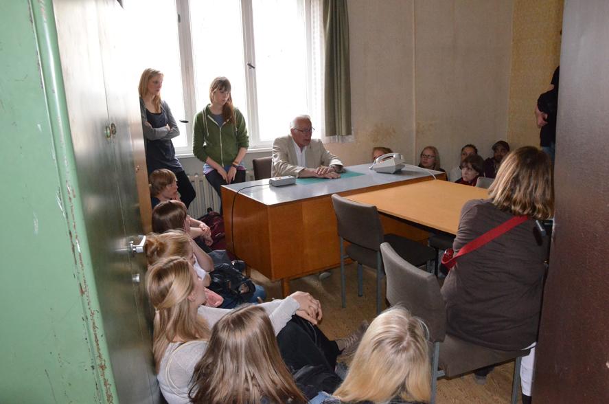 Führung durch die Gedenkstätte Berlin-Hohenschönhausen (ehem. Zentrale Untersuchungshaftanstalt der Stasi), das Gespräch mit dem Zeitzeugen im Verhörzimmer