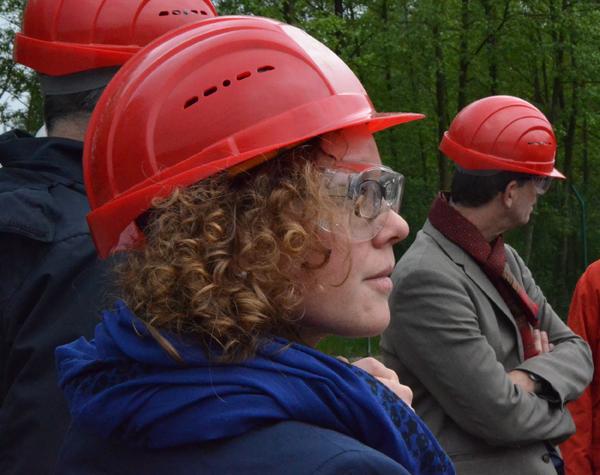 Auf dem Bohrfeld, im Vordergrund Julia Verlinden (MdB) im Hintergrund Volker Bajus (MdL)