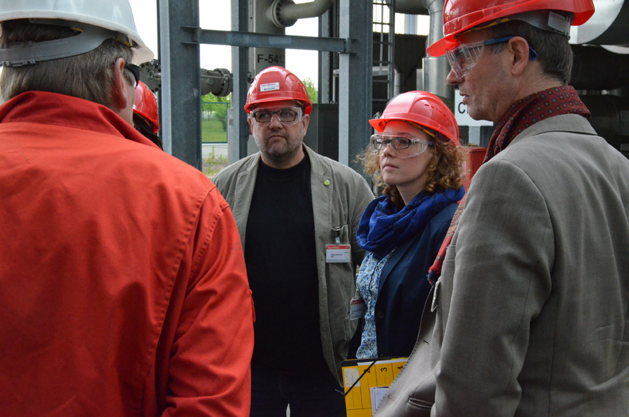 Erläuterungen in der Verpressanlage, v.r.n.l.: Volker Bajus (MdL), Julia Verlinden (MdB), ich, Hr. Kröger (ExxonMobile)