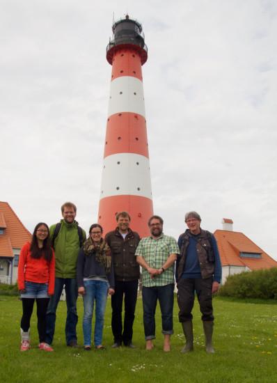Mit Freunden vom WWF und der Schutzstation Wattenmeer vor dem Leuchtturm [Foto: Lisa Thoms/Schutzstation Wattenmeer]