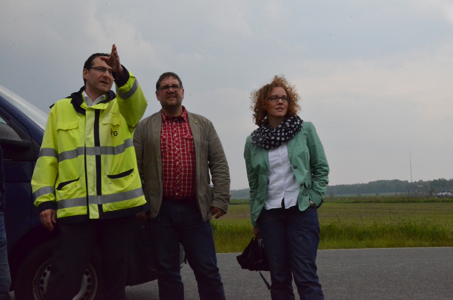 Auf dem windigen Kavernenfeld in Etzel, v.l.n.r.: Armin Garbe (IVG), ich und Julia Verlinden, MdB