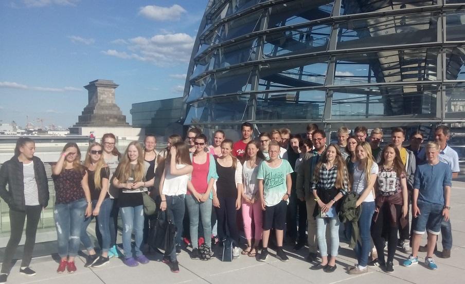 Schülerinnen und Schüler der Zinzendorfschule Tossens, die Kuppel und ich