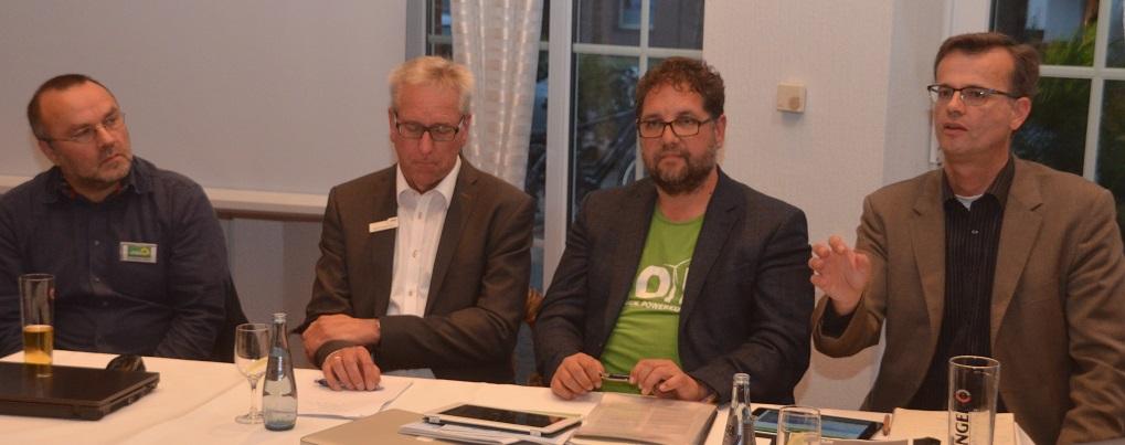V.l.n.r.: Uwe Heiderich-Willmer, Fraktionssprecher der GRÜNEN Ratsfraktion Edewecht, Alwin Schlörmann (EWE Erneuerbare Energien GmbH), Peter Meiwald (MdB), Volker Bajus (MdL), Foto: Gr