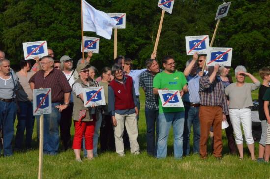 In der offenen Geestlandschaft gegen die geplante Küstenautobahn demonstrieren.