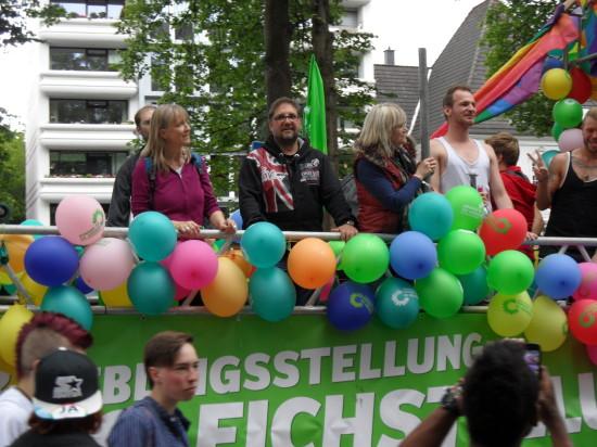 Hoch auf dem GRÜNEN Motivwagen beim CSD Nordwest in Oldenburg. Links neben mir das GRÜNE Feierbiest Susanne Miks.