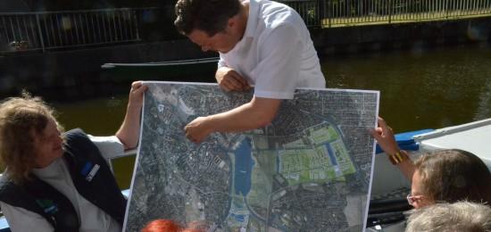 Nordhorns Stadtbaurat Thimo Weitemeier hat eigens eine Karte mitgebracht, damit sich die Gäste der Stadtrundfahrt noch besser orientieren können. [Bilderschau - bitte klicken!]