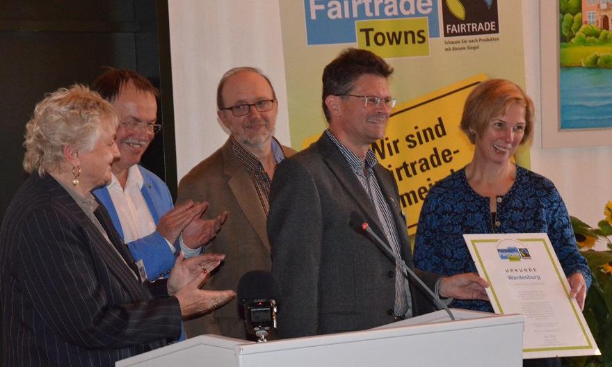 Die Mitglieder der Steuerungsgruppe überreichen Bürgermeisterin Noske die Urkunde.