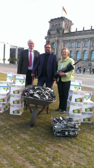 Bärbel Höhn und ich übergeben die gesammelten Althandys an die Deutsche Umwelthilfe
