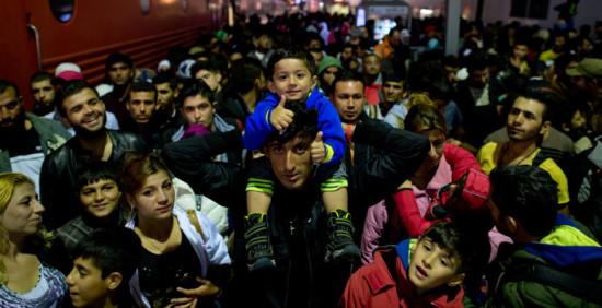 Flüchtlinge, die kurz zuvor mit einem Zug aus Österreich angekommen sind. Foto: Sven Hoppe/dpa