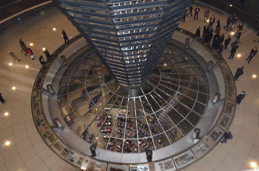 Blick aus der Kuppel in den Plenarsaal