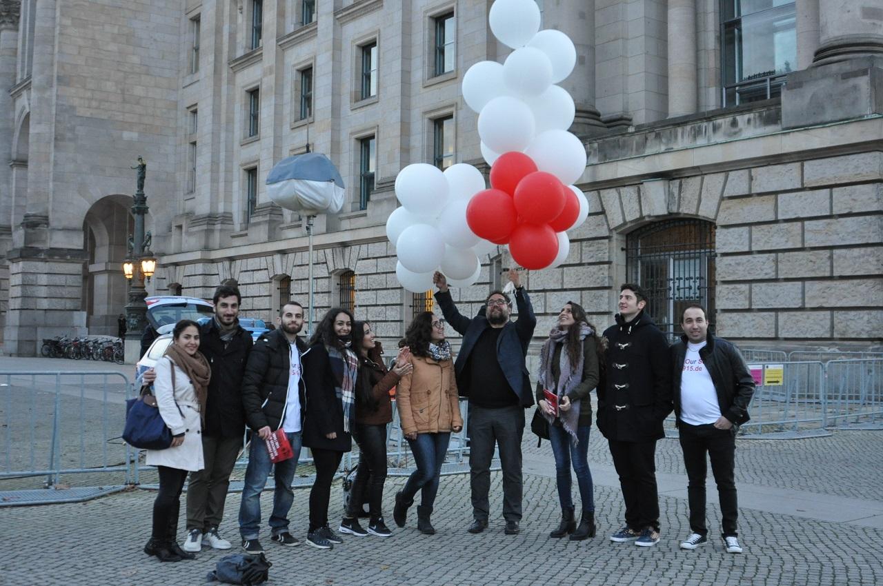 Junge Aktivisten des Vereins Save Our Souls – 1915 e.V. und der Jugendorganisation JUNGE ARMENIER, ihre Luftballons und ich