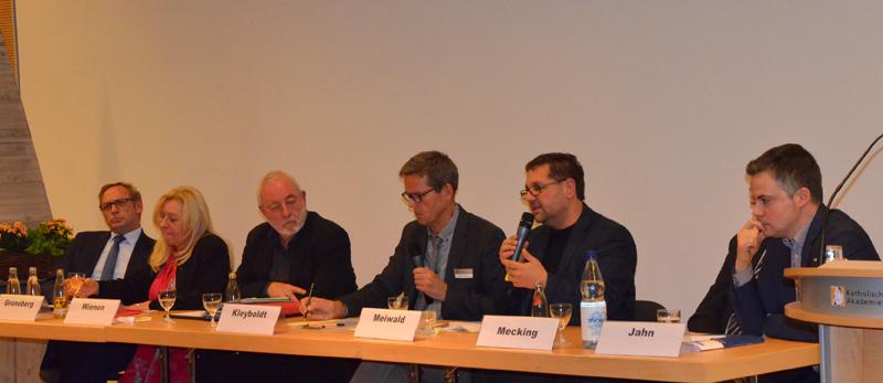 Das Pedium: V.l.n.r.: Franz-Josef Holzenkamp) MdB, CDU), Gabriele Gronenberg (MdB, SPD), Wilfried Wienen (KAB), Bern Kleyboldt (Mederation), ich (MdB GRÜENE), Klaus Mecking (Vorstand G. Graepel AG), Felix Jahn (IHK)