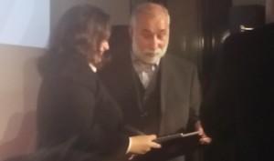 Bundessozialministerin Andrea Nahles überreicht DAF-Gründer Aga Zia Farsin das Bundesverdienstkreuz.  Aus den Händen von