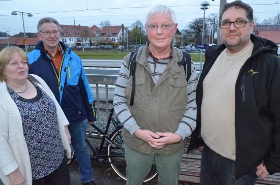 Ursula Budde, Günter Budde, Dieter Holsten und ich am Bahnhof in Hude im Landkreis Oldenburg, der deshalb auf seine feierliche Eröffnung wartet, weil es an ein paar Gegebenheiten hapert.