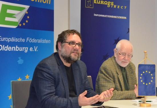 """Abends bei Veranstaltung in der Oldenburger VHS habe ich die aktuellen Debatten um """"Better Regulation"""", SDG/Nachhaltigkeitsstrategie und die Freihandelsabkommen wie TTIP geschildert. Auf die europapolitischen Herausforderungen der Flüchtlingsbewegungen hat mich Adje Schröder natürlich auch angesprochen."""