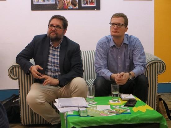 Peter in Bitterfeld-Wolfen auf dem Sofa mit Christian Hennicke, einem sachkundigen Einwohner im Wirtschafts- und Umweltausschuss der Stadt Bitterfeld-Wolfen.