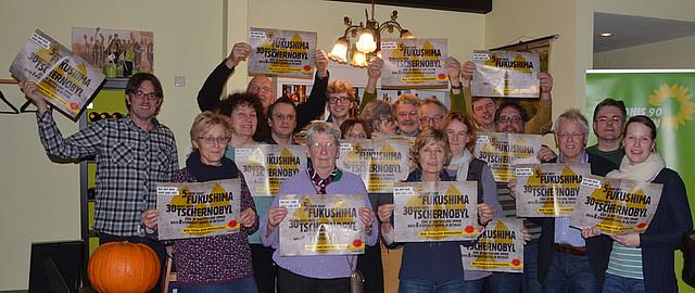 Foto-Aktion der Jahreshauptversammlung der Ammerländer GRÜNEN mit Plakaten von .augestrahlt [Foto: Gr]