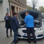 Peter Meiwald begutachtet das Wasserstoffauto