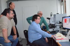 Um Mikroplastikpartikel eindeutig zu identifizieren, nutzen Gunnar Gerdts und Sebastian Primpke Hightech-Analysegeräte, die genau erkennen, aus welchen Substanzen ein Partikel besteht. Sonst ist die Verwechslungsgefahr mit Sandkörnern oder Muschelteilchen zu groß.