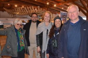 Die Nordseeinsel Juist habe ich bei herrlich windigem Wetter besucht. Das Töwerland, die Zauberinsel. Gleich nach der Ankunft war ich im Nationalpark-Haus Juist und habe mir von Dr. Gerald Millat (1.v.r.), dem Forschungskoordinator der Nationalparkverwaltung Niedersächsisches Wattenmeer, und der Juister Rangerin Alexandra Kellner (2.v.r.) erklären lassen, welche Auswirkungen der Klimawandel auf heimischen Arten im Wasser und auf der Insel hat. Die Juister GRÜNEN Hilta Depser-Moritz und Heike Heiken hatten mich eingeladen, ihre tolle Insel zu Fuß und mit dem Fahrrad zu erkunden. Im Hintergrund von uns hängt frei schwebend das Skelett eines 2001 gestrandeten 9,30 m langen Zwergwales.