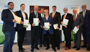Abgeordnete des Deutschen Bundestags mit dem Abteilungsleiter Wasserwirtschaft, Ressourcenschutz aus dem Bundesumweltministerium und Repräsentanten der DWA nach der Vorstellung des DWA-Politikmemorandums